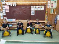 Kūno kultūros pamokos su terapiniais kamuoliais Plungės Senamiesčio mokykloje