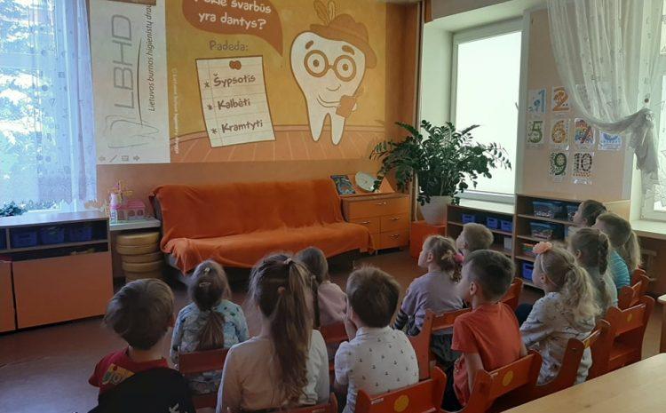 """Plungės lopšelyje – darželyje """"Rūtelė"""" vyko nuotolinė pamoka dantukų priežiūra tema"""