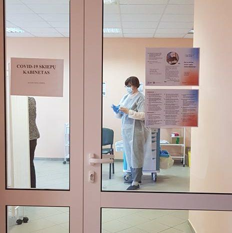 Plungės rajono savivaldybės visuomenės sveikatos biuro darbuotojai prisideda prie skiepų kabineto darbo